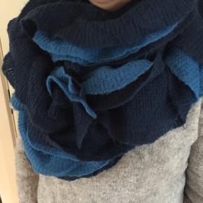 Feminint halstørklæde i let og blød mohairstrik. Er lavet i to lag, det ene marineblå og det andet koboltblå.