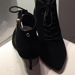 Varetype: Ankelstøvler Farve: Sort Kvittering.sort  Super flotte Ankelstøvler i sort ruskind fra Michael Kors.
