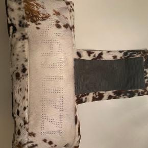 Flot koskinds pyntepude til f.eks lænestol fra det italienske mærke Natuzzi. Puden er i rigtig god stand / næsten som ny.  Ny pris 1.000kr   Kom med et bud.  Kan afhentes på Vesterbro / København