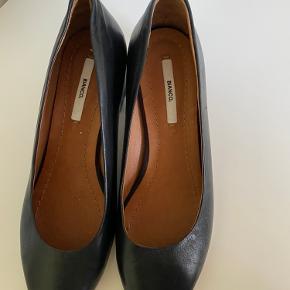 Fine pumps i læder fra Bianco, kun prøvet på inden for.. Bytter ikke... prisen er fast ... køber betaler fragt...