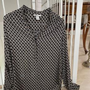 Mega fin skjorte, med frynse detaljer på ærmer og krage 💫