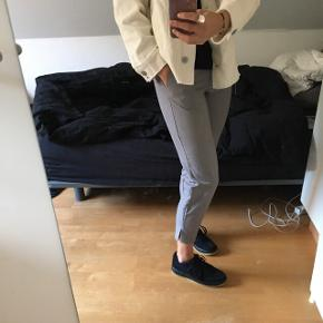Fine grå bukser fra ASOS sælges, da jeg har for mange bukser.   Brugt få gange, så de fejler ingenting.   Ny pris: 220 kr.  Farve: lys grå   Materiale: 75% polyester, 19% viskose og 6%  elastik   Byd løs og ellers skriv for flere spørgsmål :)