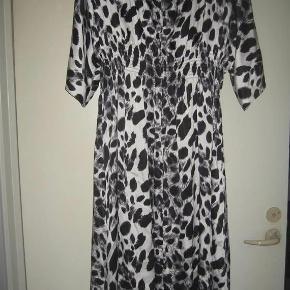 Varetype: silke kjole Farve: sort hvid  Silke kjole ny men prismærke er taget af