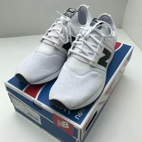 Varetype: Sneakers Farve: Hvid Oprindelig købspris: 700 kr.  Helt nye og ubrugte lækre Sneakers fra New Balance. Skoene ligger i den originale kasse som medfølger. Nypris 700,00.