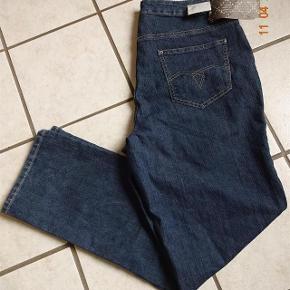 Jeans sælges. lige købt herinde, de var desværre målt forkert.       Bytter ikke.  Livvidde: 49x2   skridthøjde: fortil 29 Bagpå: 37 Lår:28x2 Knæ: 23x2 Indvendig benlængde: 78 Hel længde fra talje og ned 109 Ved fod 20  Materiale: 86% Bomuld 12 % polyster 2% elasthn Se også de andre vare jeg har i BIB.