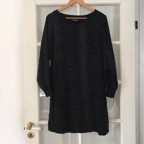 🌸 Langærmet kjole med slangeskinds print str. M Brugt få gange - fejler intet.   Kan hentes i Odense sv eller sendes mod betaling af Porto :)