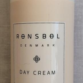 NY Dagcreme 50ml Rønsbøl Day Cream er en nærende og plejende creme til dagligt brug. Den indeholder en masse aktive ingredienser som glycerin, abrikoskerneolie og macadamiaolie, som har en blødgørende og anti-inflammatorisk virkning. Derudover er den med hyaluronsyre, som tilfører en masse fugt til huden, og som er med til at holde huden spændstig. Endelig bekæmper vitamin E og B3 ældningstegn i huden, så den vil fremstå ungdommelig og frisk. Rønsbøl Day Cream er velegnet til alle hudtyper, og er uden parabener, parfume og farvestoffer.