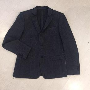 Brand: JOHN BARRITTVaretype: NY UDEN MÆRKER SMART BLAZER JAKKE Farve: Blå Oprindelig købspris: 2099 kr. Kvittering haves.  BETALING VIA MOBILEPAY!  John Barritt, inspired by the English style, creates a casual and elegant total look for every man. High quality fabrics and sartorial expertise: these are John Barritt's distinctive features that set it apart from its competitors.  JOHN BARRITT MAN JACKET, SLIM FIT, NO LINING, TWO BUTTONS, DOUBLE VENT, FLAP POCKETS. KNITTED FABRIC, COLOR BLUE. COMPOSITION 55% LANA WOOL 45% POLYESTER. MEDIUM GREY MELANGE