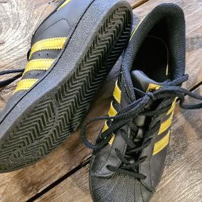 Næsten nye sneakers. Brugt enkelt gang.