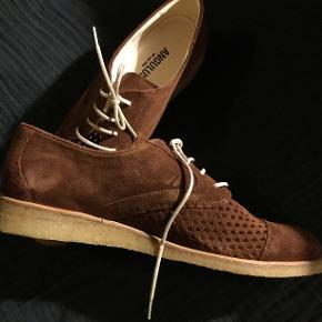 Fine gode helt nye , aldrig brugte angulus sko af ruskind, med rågummi såler. Superfine sko her til efteråret. Desværre for smalle til mine fødder. Havde planlagt de skulle bruges til kjoler og nederdele med strømpebukser...øv. Men de kan altså blive dine nu. Smid et bud. Jeg har sat 2 billeder ind af et par i orange så man kan se skoens hulmønster så tydeligt som muligt, men skoene er altså brune :-)