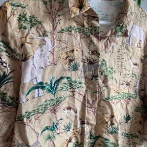 Sælger næsten ny mango t-shirt skjorte i str. L. Sælges grundet jeg ikke får den brugt. Den har været brugt meget få gange.  Ny pris: 300 kr.