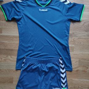 Varetype: Sport t-shirt og shorts  Farver: neon grøn, blågrøn, hvis og sort   Hummel sæt, shortsene har to små pletter af harpiks, brugt få gange. Blusen str. Xl og shorts str. L  205 er for hele sættet