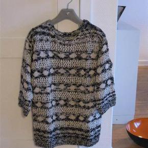 Varetype: Bluse/ strik/ny Farve: se billede  Helt ny bluse i 70% bomuld 15% polyester, 15% akryl.  Brystvidde ca. 55cm x 2 Længde ca. 69-70cm