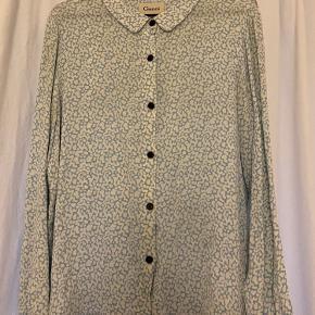 Så fin Ganni skjorte i det flotteste print, brugt, men i god stand. Str L, men synes den svarer til en medium. Eneste brugsspor er lidt misfarvninger indvendigt i nakken