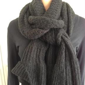 Varetype: halstørklæde Størrelse: 45 x 240 cm Farve: Sort  super hyggeligt halstørklæde i blød løs strik.   bredde 45 cm  længde 240 cm.