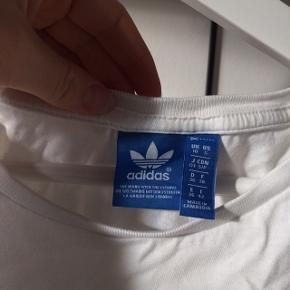 T-shirt fra Adidas, næsten ikke brugt