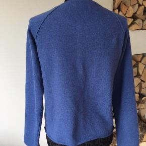 Smuk blå farve i ren uld/cashmere. Rummelig i størrelsen. Brugt kort 2 gange, men aldrig vasket. Ingen brugstegn - se også billede fra sidesøm. Ingen uldnuller :).  Ingen parfume, røg eller dyrehår. Køber betaler fragt
