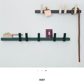 En knagerække fra Hay i sort/grå med knager i egetræ. Pris fra ny: 799,-