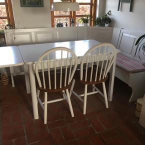 Super sødt hjørne bænkesæt, incl bord og to stole. Bænken måler 195x154 Bordet måler uden plade 120x77,5 Med plade 160x77,5 1000 kr er absolut mindste pris Der er opbevaringsrum i bænken. Bænken kan skilles ad. Ved handel inden den 1/4-19 Kan sættet hentes for je 1250,- Den 1/4 koster det igen 1500,-