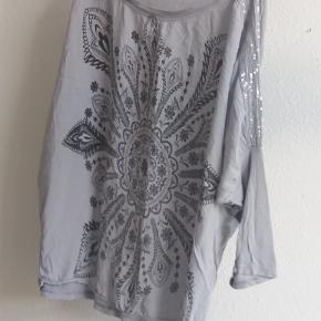 Fin bluse fra Mos Mosh i changerende sort/koksgrå/grå farver. Str. er S. 275kr. pp.  SOLGT  Fin lyseblå bluse som passer str. 38 med tryk og pallietter 125kr. pp.