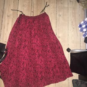 Rød nederdel Fede bukser Sælges hver for sig Byd