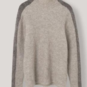 Absolut lækreste strik fra Ganni i 34 mohair, 34 uld og polyamid :) Str. siger large, men jeg er en small/medium og passer den perfekt ;)