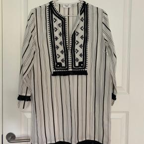 Fin tunika kjole. Små spejl detaljer.
