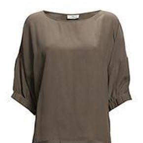 Varetype: Bluse Farve: Sand Oprindelig købspris: 1299 kr.  Rigtig fin bluse fra day, det er silke. Ønsker ikke at bytte.