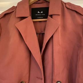 Smuk forårs jakke i gammelrosa fra Modström med bånd i taljen og lommer.  Ivory fra Modström er fed jakke, som jeg desværre aldrig rigtig har fået brugt da jeg var for optimistisk med str :-)