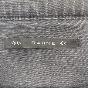 Smukkeste rå denimjakke fra Raiine 🖤 98,5% bomuld 1,5% elastan.