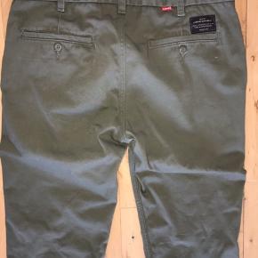 #30dayssellout #levis #bukser  Levi's Made and Crafted bukser i army/olive grøn farve Str. 33/32  Buksen er brugt og vasket 1 gang og er ellers ny! Kan også afhentes i Kbh.