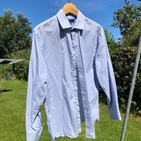 Skjorten er aldrig brugt, uden pletter eller mangler. Super fed skjorte til festen!
