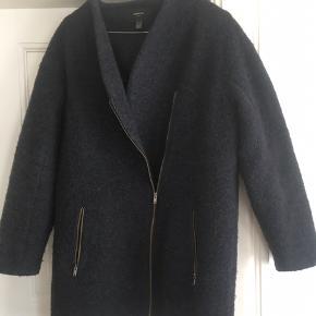 Fin blå jakke. Kan passes af str. Xs til L Overgangsjekke fra Mango