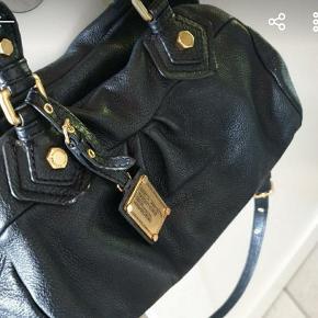 Fin taske. Model classic q baby. Ca. 32×20 cm. Læderet er stadig virkelig fin, da den ikke er brugt ret meget.  Der er brugsspor på guld hardware, hvilket er uundgåeligt.