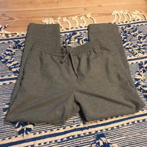 Rigtig fede grå bukser i lidt uldent look 🐰 har herre-fit. Pæn stand uden pletter, har dog lidt fnuller hist og her. Har bindebånd foran 💖 fra H&M i str. 40  Bemærk - afhentes ved Harald Jensens plads eller sendes med dao. Bytter ikke 🎀  💫 Grå hm H&M bukser