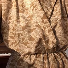 Feeeed vintage bluse i et grafisk mønster:))  Har elastik i livet og kan derfor osse passe en xs:)  Købt vintage i London sidste år:) Er desuden i noget lidt silkelignende stof:) Giver gerne mængderabat:)  #30dayssellout