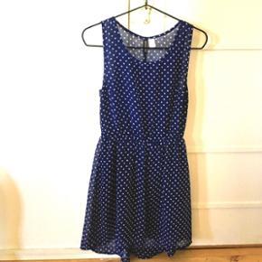 Fin mørkeblå sommerkjole med hvide prikker. Kun brugt få gange og derfor meget velholdt.  Se også mine andre annoncer, med gode priser på blandt andet tøj fra designers remix, Won Hundred og mbyM.