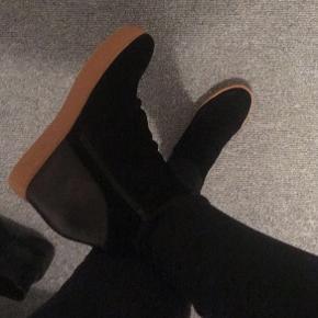 Sælger mine shoe the Bear sko med kilehæl. Brugt 2-3 gange, men ingen slid. • nypris 1199.