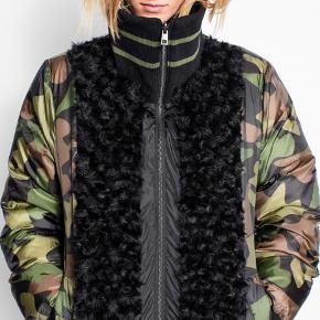 Super flot jakke, der kan vendes to veje. Perfekt til vinter. Passer både s og m 😊 nypris omkring 4200 kr - sælger den for 1200kr