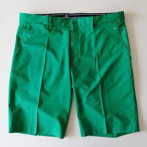 J. Lindeberg GOLF shorts Str. 36 (svarer til XL)  Model: Tapered fit RN#126836 CA#37584   Aldrig brugt  Farve: Græsgrøn Indv. benlængde: 30cm Hel længde: 53cm Liv: 2x49 cm  Har 2 sidelommer og 2 baglommer  Nypris: 800,- Pris: 265,- plus porto. Fast pris Sender med DAO  Flere billeder haves IKKE
