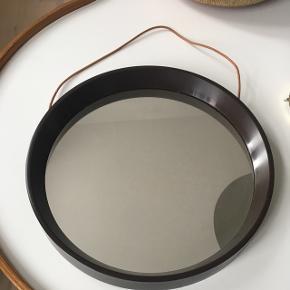 Lille brunt retro spejl med lædersnor. Diameter 29 cm. Kom med et bud
