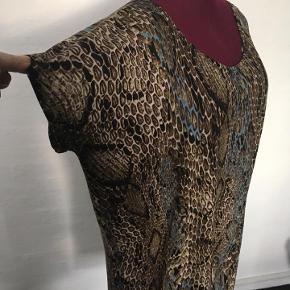 Str xl/XXL kjole i viscose jersy Loose fit model  Falder let og luftigt  Brystvidde 130 Hofte 140 Total længde 102