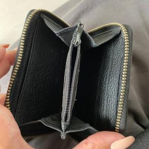 Man kan godt se pungen har været brugt, bl.a. på lynlåse. Pris er inkl. fragt