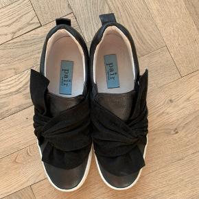 Fede sneakers / loafers fra APair med fin ruskindsdetalje. Virkelig pæn stand.