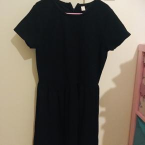 Flot sort kjole fra Esprit med lynlås i nakken . Sender gerne m DAO fir egen regning