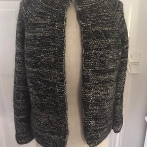 Sweater cardigan i lækker uld og mohair blanding med lidt guld tråd effekt. Smart og varm. Lukkes med trykknapper. Str 36 (xs-s).