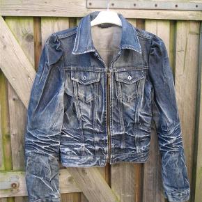 Varetype: deminjakke/cowboyjakke Farve: blå Oprindelig købspris: 695 kr.  En jakke med huller og rynkeeffekt. Brystmål 82 cm. Talje 74 cm. Ærmelængde 48 cm. målt fra ærmegab. længde 48 cm.