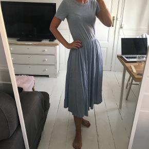 Fineste kjole i blå meleret fra H&M Trend. Den er mærket som str. 32 / XXS, men passer fint en str. XS og en lille S. Masser af stretch, så behagelig at have på og sidder super fint. Stor udskæring i ryggen, så den er helt bar i ryggen. Midi længde. Kun brugt få gange. Sælges for 130 kr. Kan afhentes i Kbh K.