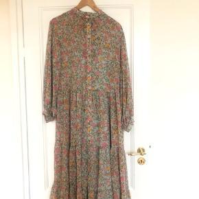 Super fin oversize kjole med i viskose med aftagelig underkjole til.  Brugt få gange og fejler intet.  Mål: længde: 122 bryst omkreds: 104 Fitter xs og small (34-36) Køber betaler gebyr ved ts handel ellers mobilpay.