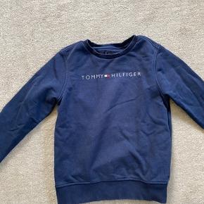 Super lækker sweatshirt fra Tommy Hilfiger. Sælges da det ikke kan passes mere